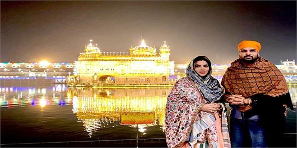 yuvraj hans and wife mansi sharma visit the golden temple