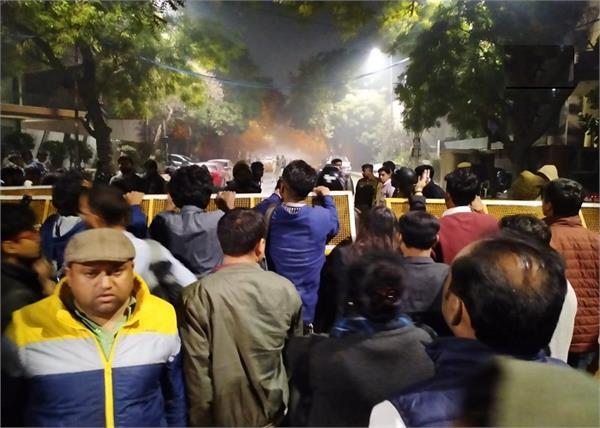 delhi violence people gathered arvind kejriwal  s residence