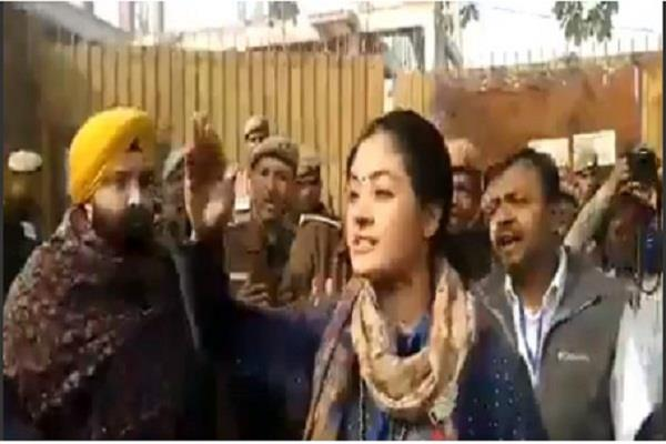 delhi elections 2020 congress candidate alka lamba slams aap worker