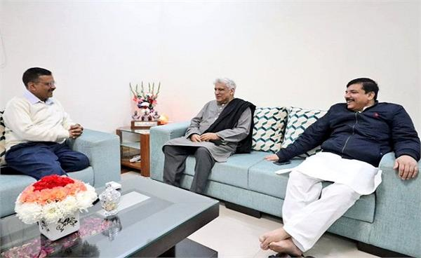 javed akhtar meets arvind kejriwal and congratulates him on election win