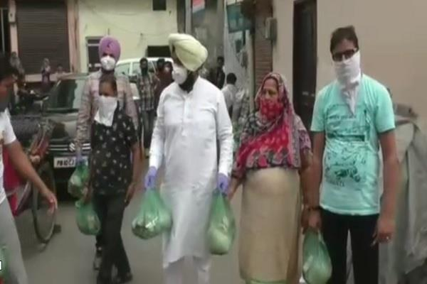 senior congress leader kulwant singh distribute food
