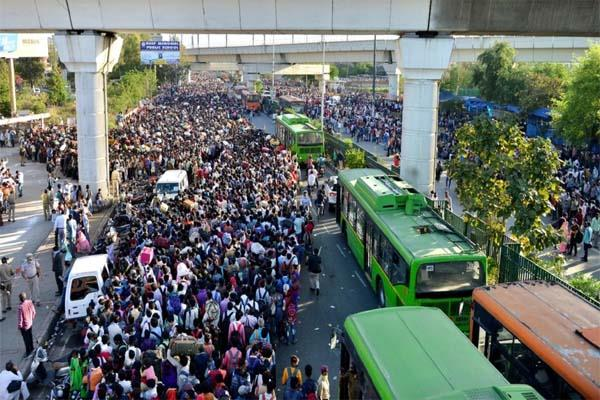 thousands of people gathered at the delhi border to go home