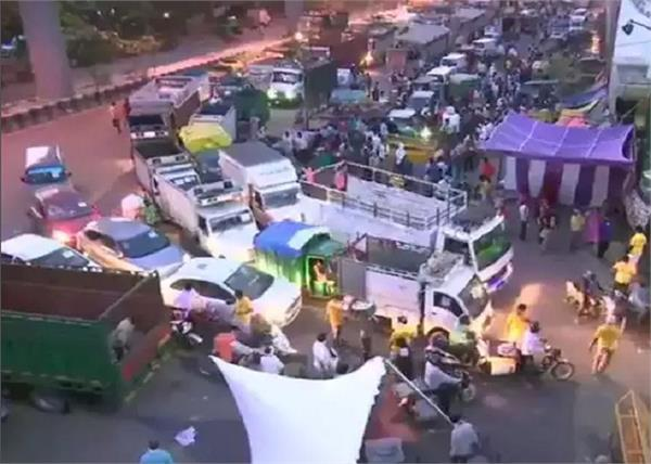 delhi  traffic outside azadpur sabzi mandi today