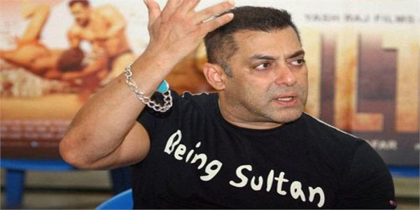 bhagyashree says a photographer once asked salman khan to  catch and smooch her